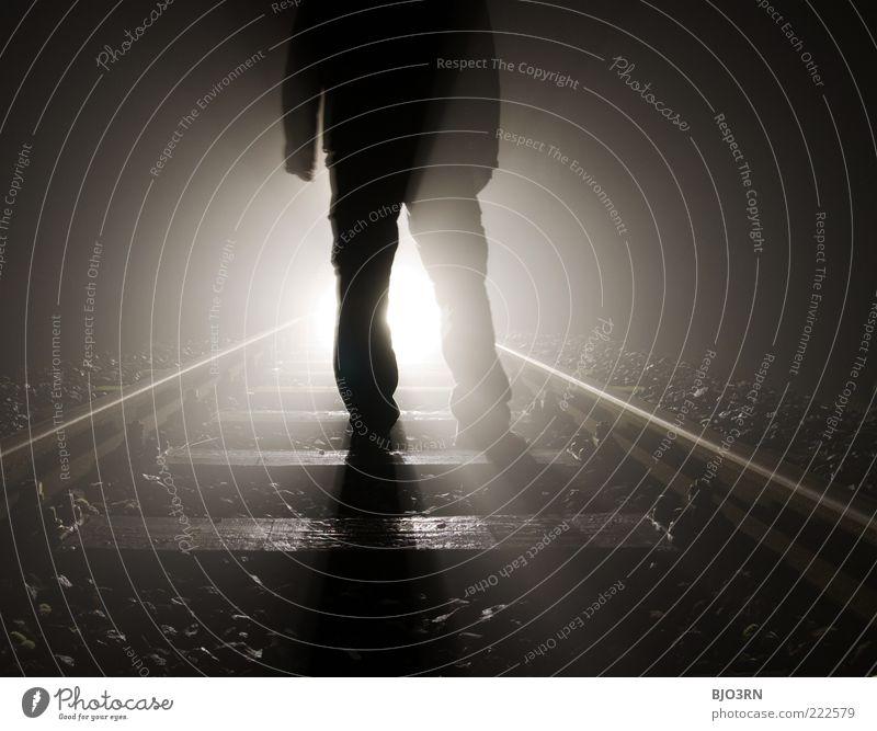 Entgegentreten | train tracks Mann Erwachsene Eisenbahn Gleise stehen träumen bedrohlich dunkel nah schwarz Gefühle Schmerz Enttäuschung Einsamkeit Erschöpfung