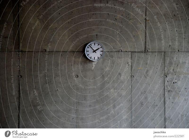 Fotografiert um 13:53 Uhr Beton grau bescheiden Langeweile Endzeitstimmung Pause Präzision Surrealismus Symmetrie Vergänglichkeit Zeit Betonwand Mitte