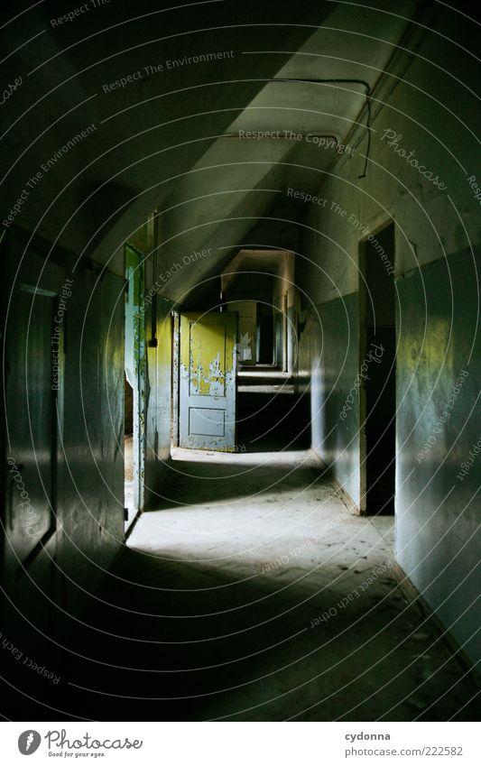 Fluchtweg ruhig Haus Einsamkeit dunkel Wand träumen Mauer Raum Angst Tür Zeit ästhetisch bedrohlich Ziel Wandel & Veränderung Vergänglichkeit