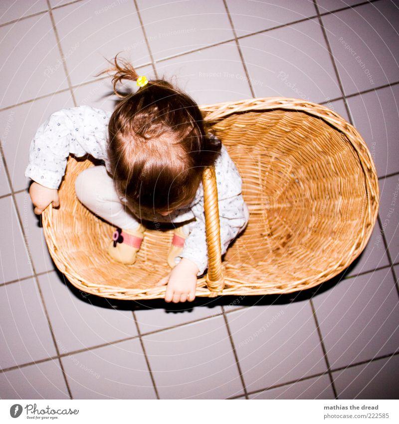 VERSTECKT Freude Glück Spielen Mensch Baby Kleinkind Kindheit 1 1-3 Jahre hocken lustig Neugier verstecken Korb klein schön Fliesen u. Kacheln entdecken