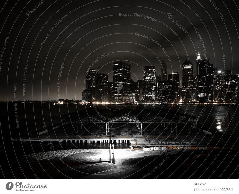 Manhattan at work Wasser Stadt dunkel Beleuchtung Hochhaus Baustelle gruselig Skyline New York City Lichtschein Nacht Langzeitbelichtung