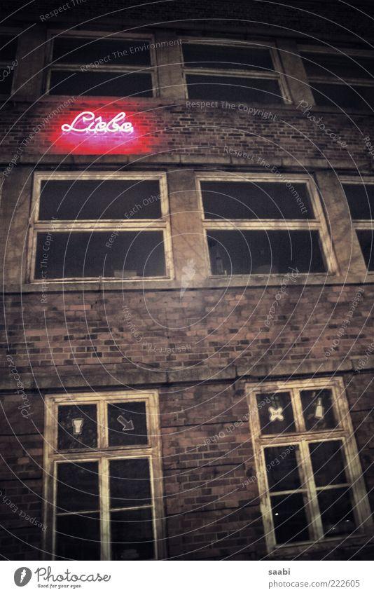 Loveletters alt Liebe Haus dunkel Fenster dreckig Schriftzeichen Ruine Neonlicht Unbewohnt Leuchtreklame Fensterkreuz Backsteinfassade