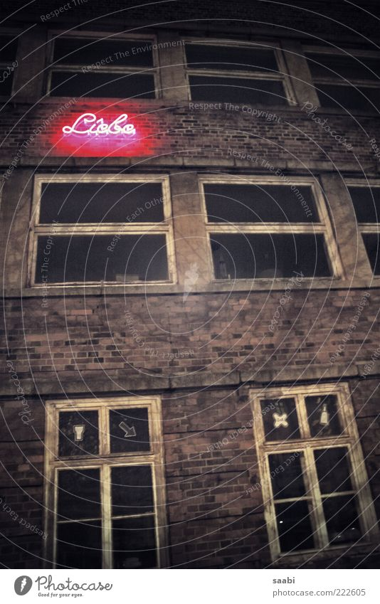 Loveletters Haus Ruine Schriftzeichen alt dreckig dunkel Liebe Gedeckte Farben Außenaufnahme Nacht Neonlicht Leuchtreklame Backsteinfassade Fensterkreuz