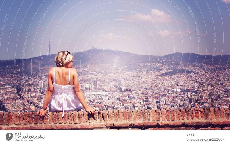 Fernsucht Ferien & Urlaub & Reisen Städtereise Sommer feminin 1 Mensch Himmel Schönes Wetter Barcelona Skyline Zufriedenheit Lebensfreude Fernweh Mauer Farbfoto