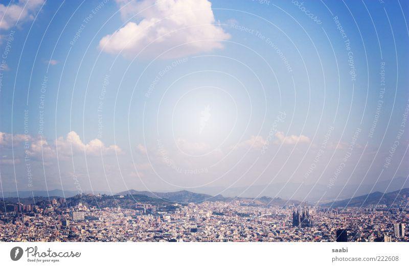 Stadtgeflüster Barcelona Sehenswürdigkeit Ferne La Sagrada Familia Berge u. Gebirge Aussicht Unendlichkeit Sommer Himmel Farbfoto Außenaufnahme