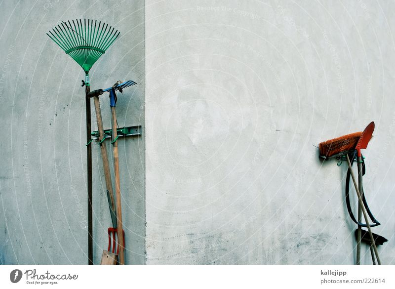 arbeitsteilung weiß grün rot Haus Arbeit & Erwerbstätigkeit Wand Ordnung Freizeit & Hobby Ecke Beruf Häusliches Leben Werkzeug Hinterhof Gartenarbeit Schaufel Besen