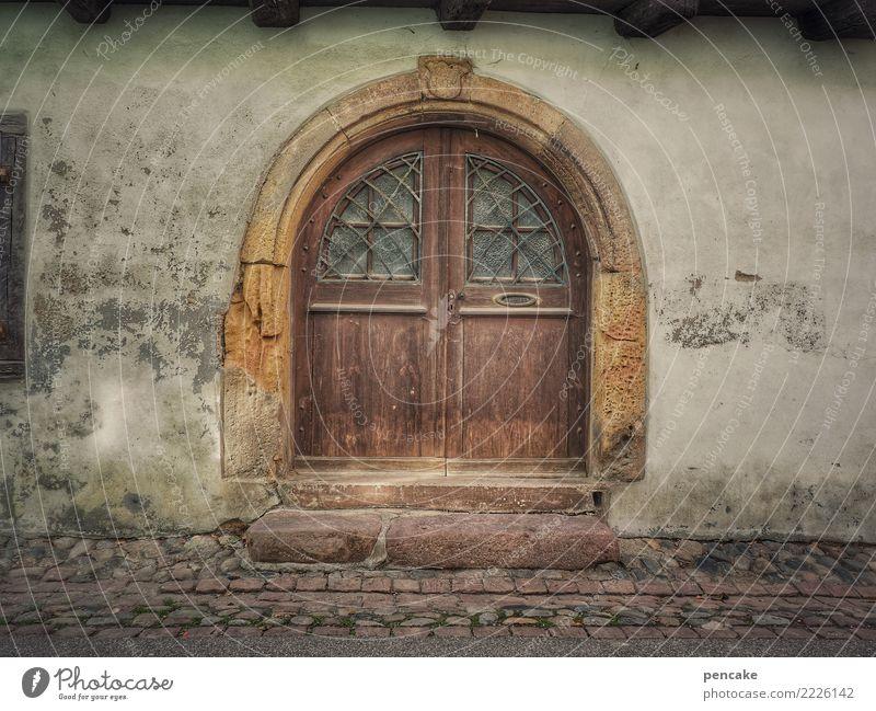 das letzte türchen Altstadt Architektur Mauer Wand Tür alt historisch Eingangstür Bogen Elsass Verfall Vergangenheit Treppe Stein Kopfsteinpflaster Portal