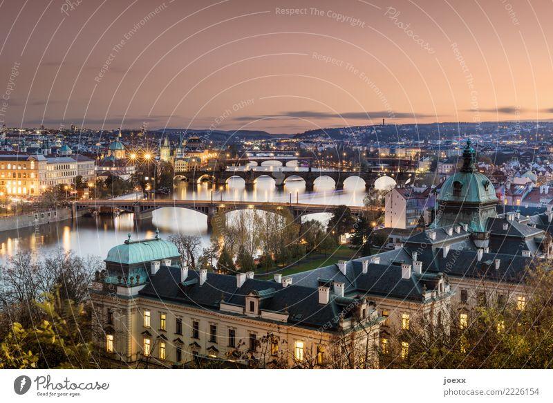 Über sieben Brücken Prag Tschechien Hauptstadt Altstadt Haus Sehenswürdigkeit Karlsbrücke alt groß historisch schön mehrfarbig Horizont Idylle Strakova Akademie
