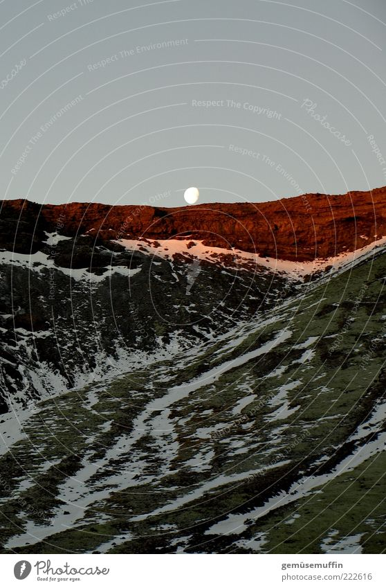 chillin moon Natur Himmel blau grün rot Einsamkeit Ferne Berge u. Gebirge Landschaft braun Umwelt Felsen hoch Hoffnung geheimnisvoll Neugier
