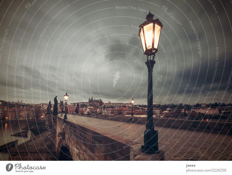 Einsame Wächter Städtereise Prag Tschechien Hauptstadt Menschenleer Brücke Sehenswürdigkeit alt historisch retro schön braun gelb grau Idylle Straßenbeleuchtung