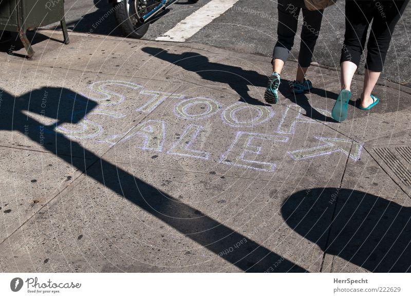 Stoop Sale in Brooklyn Mensch feminin Beine Fuß 2 Schriftzeichen grau schwarz Bürgersteig Kreide Hinweis Pfeil Flohmarkt Fußgänger Farbfoto Gedeckte Farben