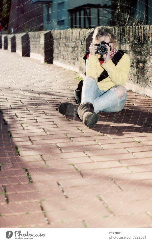 Jugend fotografiert (LT Ulm 14.11.10) Mensch Jugendliche Freude Straße Leben Wege & Pfade Freizeit & Hobby sitzen Ausflug Fröhlichkeit authentisch beobachten Neugier Fotokamera Hose Zaun