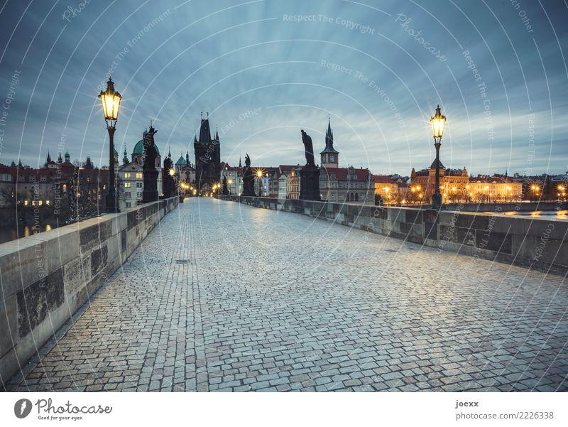 Karlsbrücke Prag Tschechien Hauptstadt Altstadt Skyline Haus Brücke Bauwerk Sehenswürdigkeit Wege & Pfade alt historisch blau grau orange schwarz Farbfoto