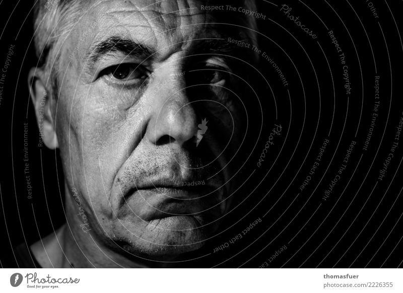 Mann, Porträt Mensch maskulin Männlicher Senior 1 60 und älter weißhaarig kurzhaarig Blick alt dunkel fest Traurigkeit Enttäuschung Misstrauen Entschlossenheit