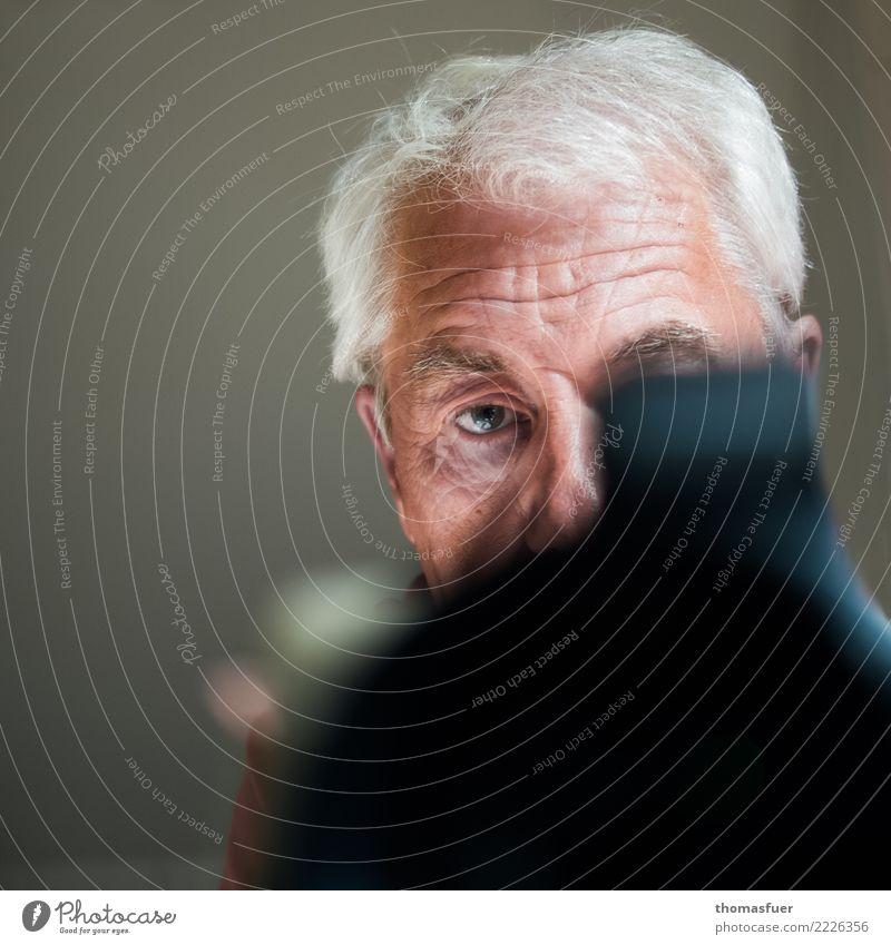 Hands up! Mensch Mann Senior Kopf maskulin 60 und älter Perspektive beobachten Männlicher Senior Beruf Kontakt Fotokamera Konzentration Kontrolle Fotograf