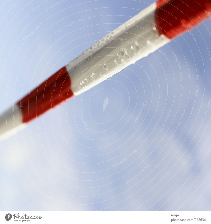 no way up Himmel blau weiß rot Wolken Gefühle Luft Stimmung Linie Regen Wassertropfen Perspektive Streifen Tropfen Schutz Zeichen