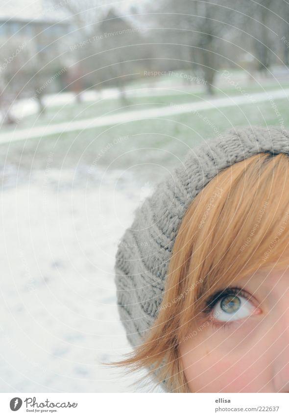 Flocke, wo bleibst du? feminin Junge Frau Jugendliche Auge Schnee beobachten grau grün weiß Vorfreude Park Winter Wollmütze Farbfoto Außenaufnahme