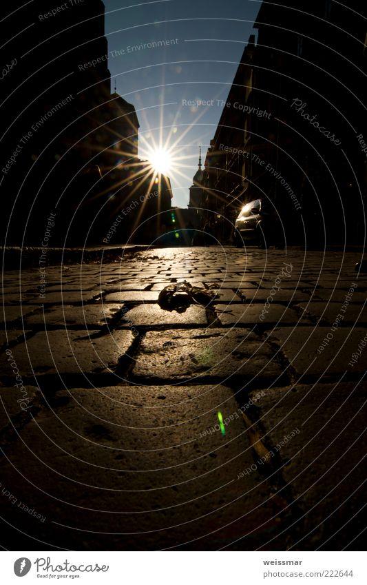 Einzelgänger alt Stadt blau Sonne ruhig schwarz Haus gelb Straße Wege & Pfade Gebäude gold Europa Dach Denkmal Kopfsteinpflaster