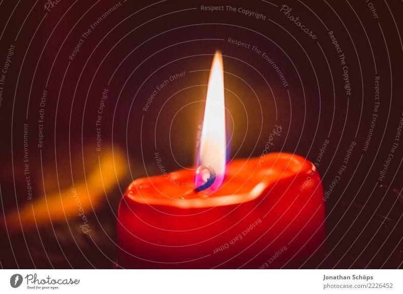 Weihnachtskerze III Weihnachten & Advent rot Wärme Beleuchtung Stimmung Textfreiraum hell Häusliches Leben leuchten Dekoration & Verzierung Hoffnung Kerze