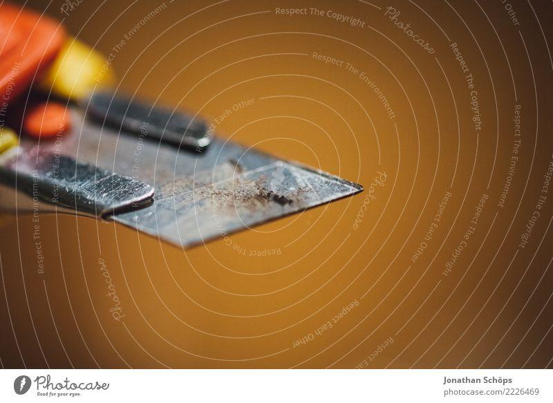 Klinge des Cuttermessers II Werkzeug Spitze Verantwortung gefährlich Teppichmesser abbrechen schneiden verletzen Verletzungsgefahr Messer Scharfer Gegenstand