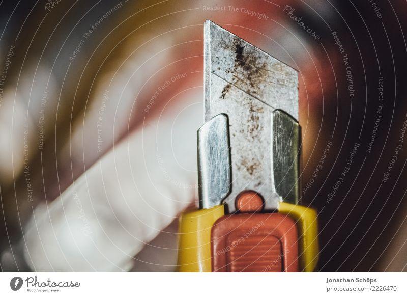 Klinge des Cuttermessers I Werkzeug Spitze Verantwortung gefährlich Teppichmesser abbrechen verletzen Verletzungsgefahr Scharfer Gegenstand Risiko Farbfoto