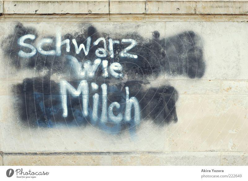 Schwarz wie Milch weiß schwarz Wand Graffiti Mauer Stein hell Schriftzeichen einzigartig Buchstaben Wort Text Weisheit Milch Gegenteil Schmiererei