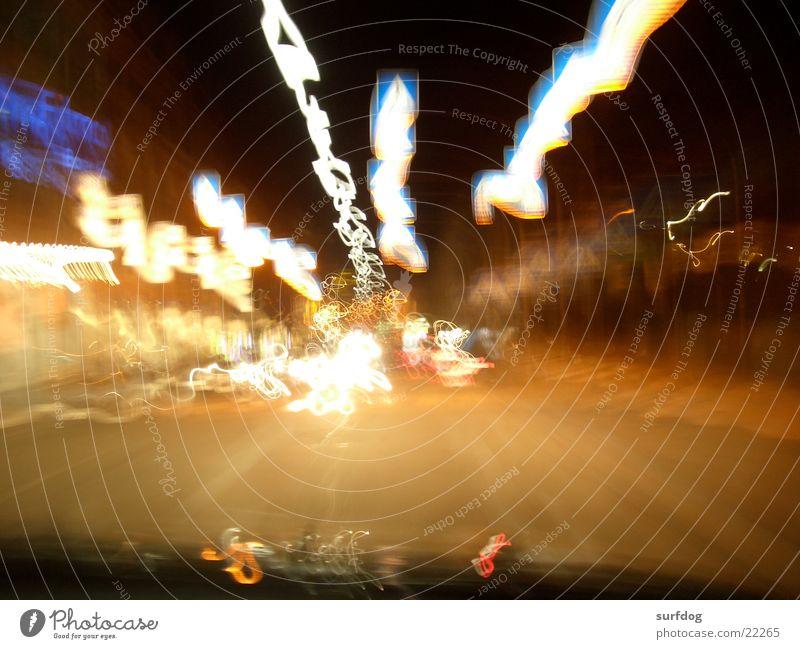 fast forward Zebrastreifen Licht Langzeitbelichtung Streifen Nachtaufnahme Geschwindigkeit Verkehr Straße Bewegung Unschärfe
