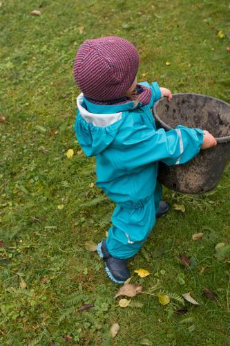 das kann ich allein Kind Natur Blatt Herbst Garten Park Hilfsbereitschaft Mütze Kleinkind herbstlich ansammeln tragen Gummistiefel Eimer 1-3 Jahre