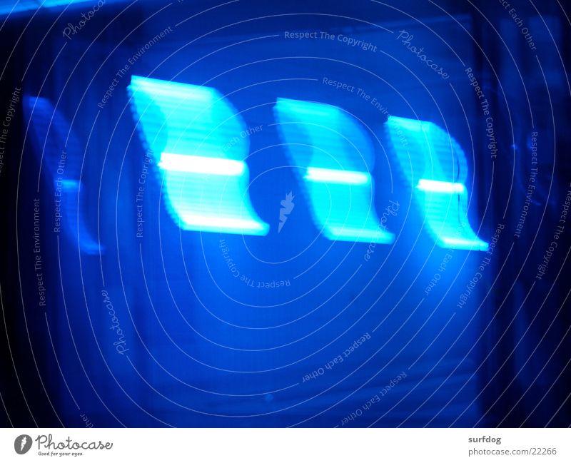 3 blaue striche obskur Neonlicht Tankstelle