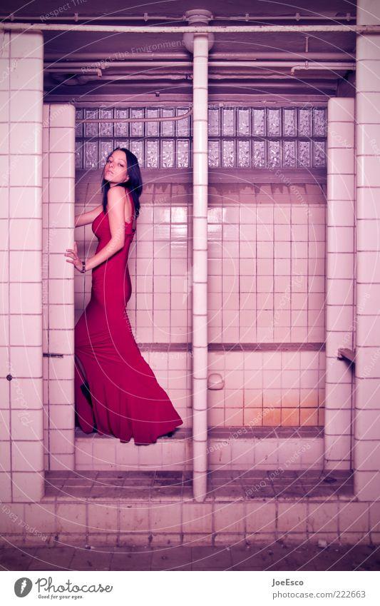 red dress. Stil Frau Erwachsene Leben 1 Mensch 18-30 Jahre Jugendliche Mode Kleid langhaarig beobachten stehen träumen außergewöhnlich Coolness dunkel trendy