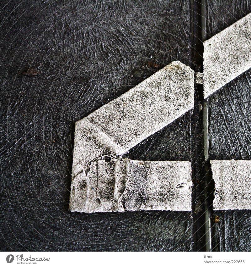 HH10.2 | Worn Out White Lines Beton Zeichen dreckig schwarz weiß gestrichen anthrazit Ecke diagonal verschrumpelt überlappend Strukturen & Formen Abdruck