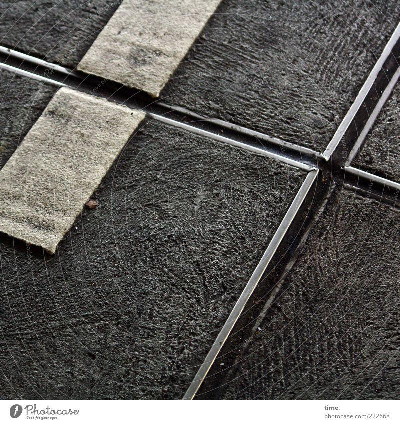 HH10.2 | Crossing The Car Park weiß schwarz dreckig Beton Ecke Bodenbelag Asphalt Zeichen Kreuz diagonal aufsteigen Parkhaus Lack satt Bodenplatten Abdruck
