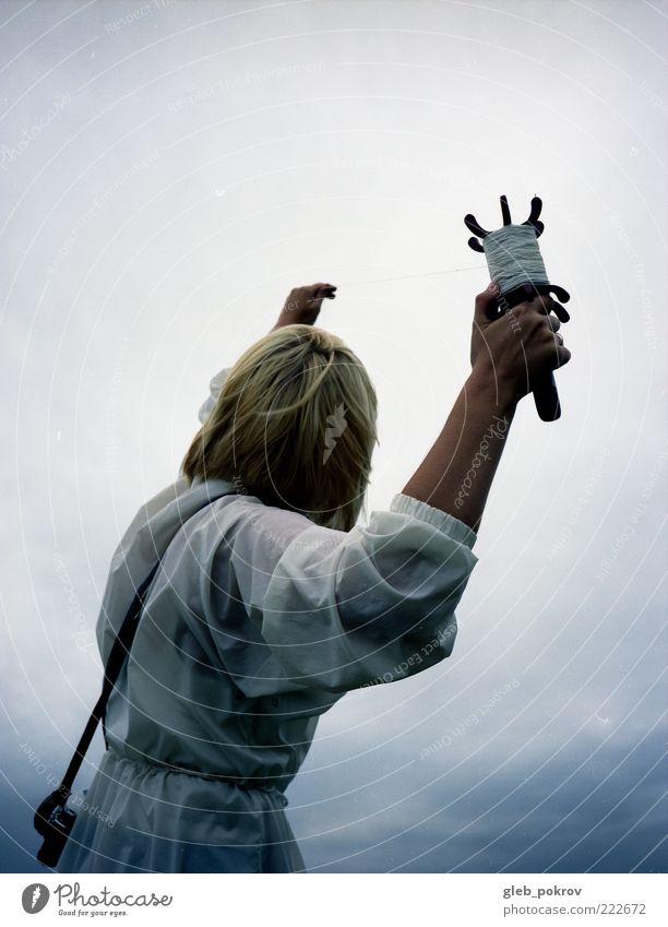 smarter Wind Kinderspiel Sommer Mensch Junge Frau Jugendliche Arme 1 18-30 Jahre Erwachsene Jacke blond fangen authentisch dokumentarisch ga 645 Profi Portraits