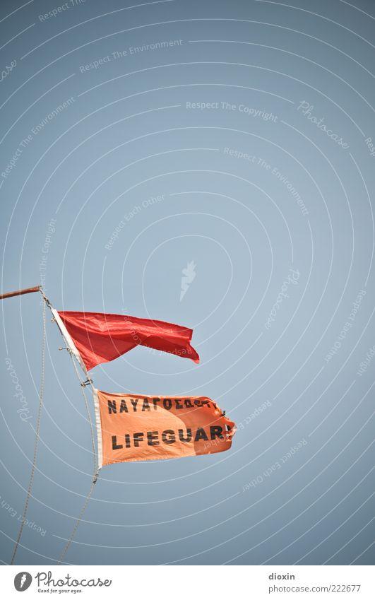 LIFEGUAR(D) Himmel rot orange Wind Fahne Sturm Warnhinweis Rettung Verbote wehen Hinweis Text Lebensgefahr flattern Wolkenloser Himmel Großbuchstabe
