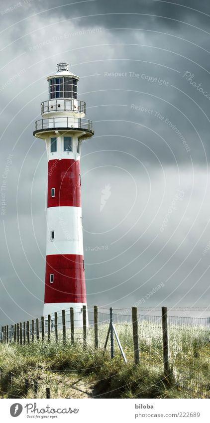 Leuchtturmromantik Wolken Gewitterwolken Schifffahrt alt rot weiß Stimmung Navigation Orientierungszeichen Nordsee HDR Menschenleer Zaun Gras Düne rot-weiß