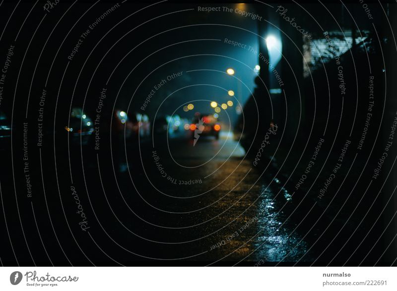 am Rinnstein Einsamkeit Straße dunkel kalt Wege & Pfade PKW Regen Stimmung Umwelt gehen glänzend nass Verkehr Platz fahren trist