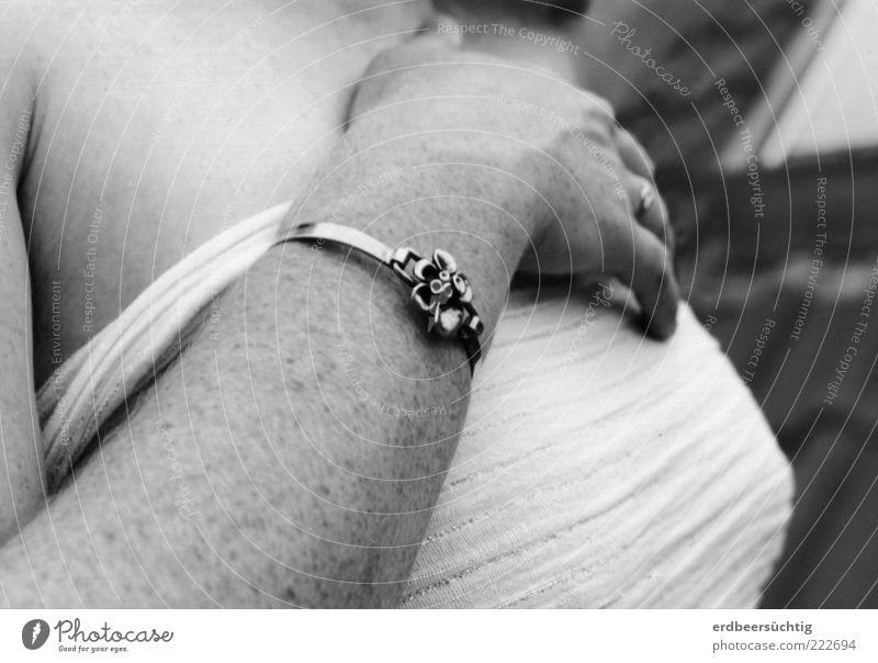 Im Sommer auf'm Dach Jugendliche Hand ruhig feminin Glück träumen Zufriedenheit Kraft Arme Haut frei ästhetisch natürlich Brust Schmuck Duft