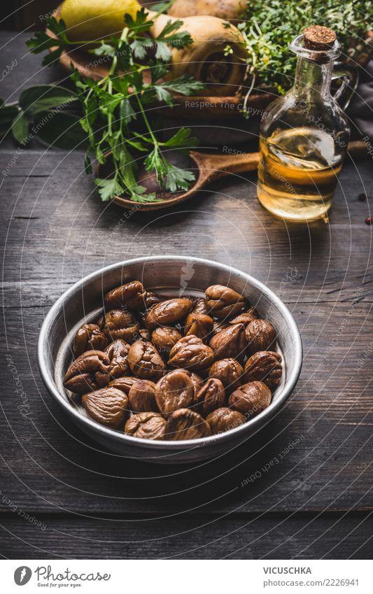 Gebratene Kastanien in Schüssel auf dem Küchentisch Lebensmittel Gemüse Kräuter & Gewürze Öl Ernährung Mittagessen Abendessen Bioprodukte Vegetarische Ernährung
