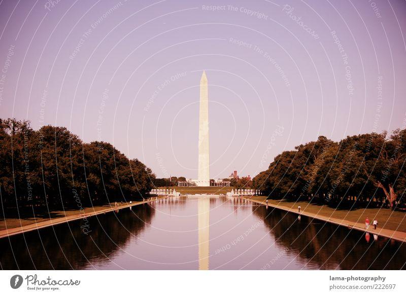 In memoriam... Baum Ferne Architektur Park Spitze Aussicht USA violett Bauwerk Denkmal Wahrzeichen Amerika Skulptur Sehenswürdigkeit Teich Hauptstadt