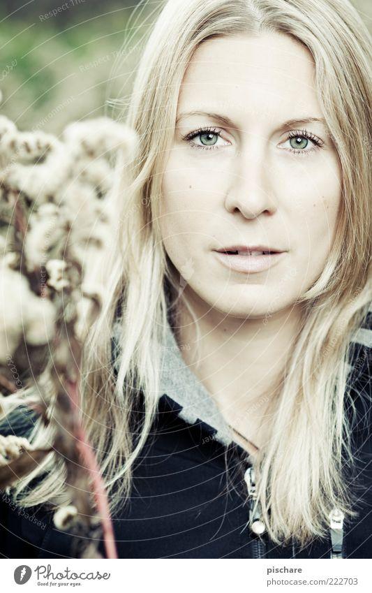 schau mir in die augen kleiner! Natur Jugendliche schön Gesicht feminin blond Erwachsene ästhetisch natürlich langhaarig Scheitel Frühlingsgefühle Junge Frau Frau Porträt 18-30 Jahre