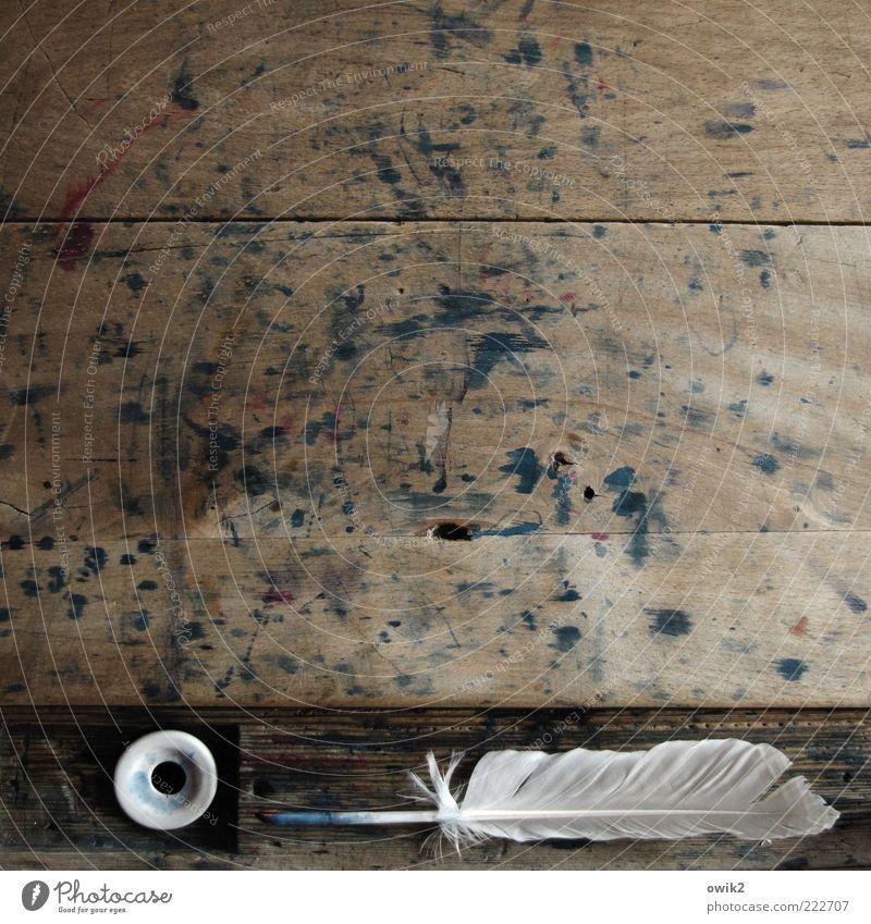 Nach getaner Arbeit alt weiß blau ruhig schwarz grau Holz Kunst verrückt wild Feder Spitze Vergangenheit historisch Museum Fleck
