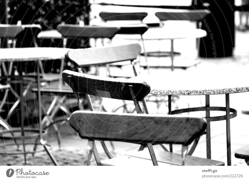 ...und keiner war da... Einsamkeit leer Tisch Stuhl Gastronomie Café Restaurant Terrasse Bildausschnitt Schwarzweißfoto ausgehen Straßencafé Nebensaison Gefühle