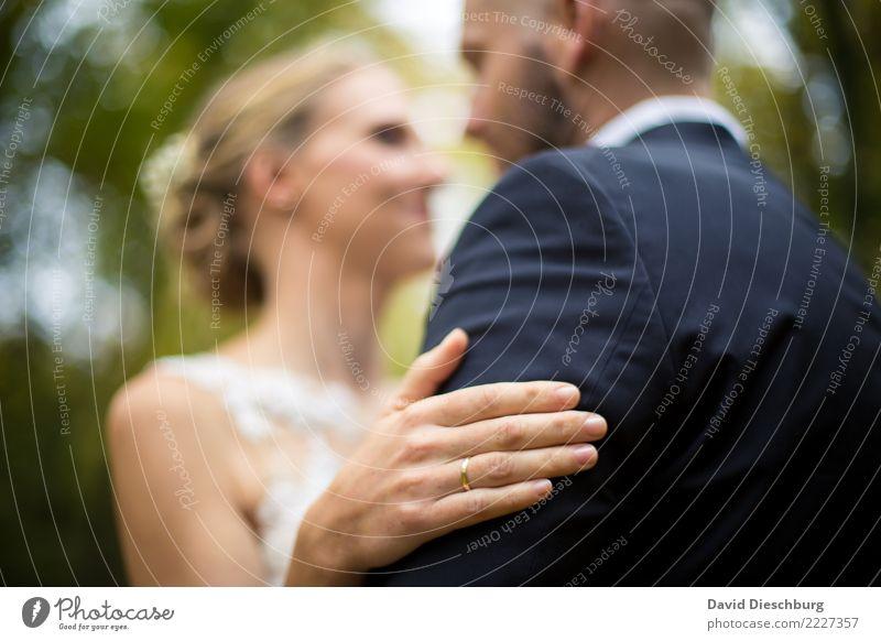 An deiner Seite Hochzeit maskulin feminin Paar Partner Körper Kopf Hand 2 Mensch Natur Wald Kleid Anzug Glück Vertrauen Sicherheit Geborgenheit Zusammensein