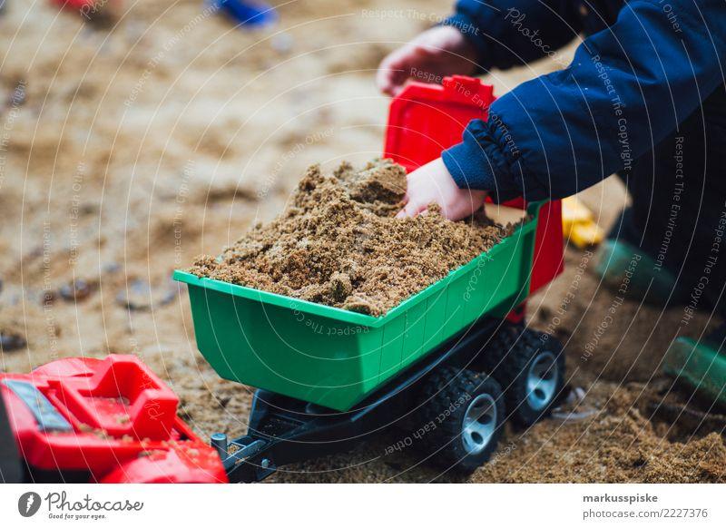 Sandkasten Spielzeug Traktor Kipper Kind Mensch Hand Freude Bewegung Glück Spielen Arbeit & Erwerbstätigkeit Freizeit & Hobby frei Kindheit Fröhlichkeit Arme