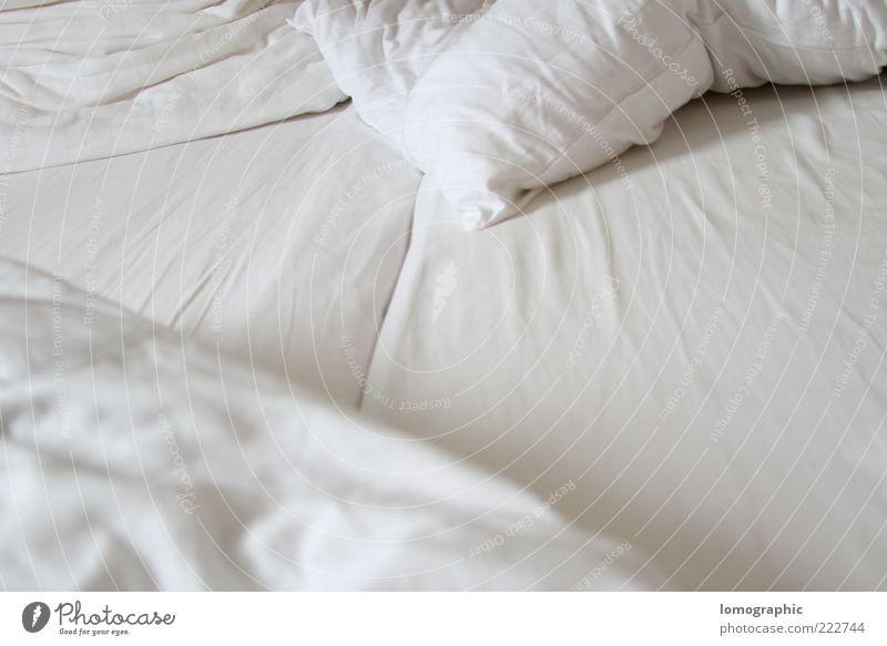 Schlaflos weiß Erholung Gefühle Stimmung Zufriedenheit liegen Bett Hautfalten kuschlig Kissen Bettlaken Schlafzimmer Bettdecke Textfreiraum Faltenwurf