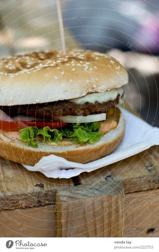 Supersize me Lebensmittel Fleisch Käse Teigwaren Backwaren Brötchen Ernährung Fastfood Hamburger Übergewicht dick Fett Salat Tomate Zwiebel Holz Cheeseburger