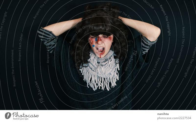 Junge Frau mit Blut in ihrem Gesicht schreit Gesundheit Gesundheitswesen Krankheit Mensch feminin Jugendliche 1 18-30 Jahre Erwachsene Pullover Schal