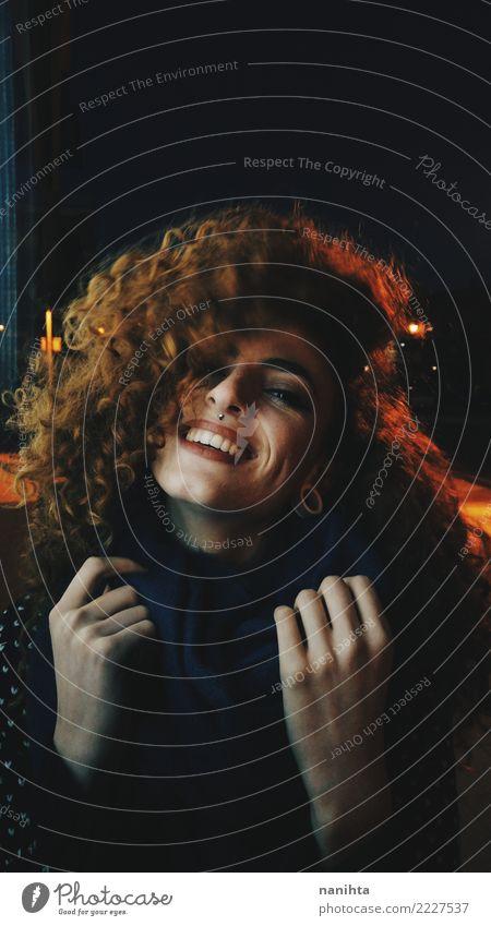 Porträt nachts einer jungen und glücklichen Rothaarigefrau Mensch Jugendliche Junge Frau schön rot Freude 18-30 Jahre schwarz Erwachsene gelb Lifestyle feminin