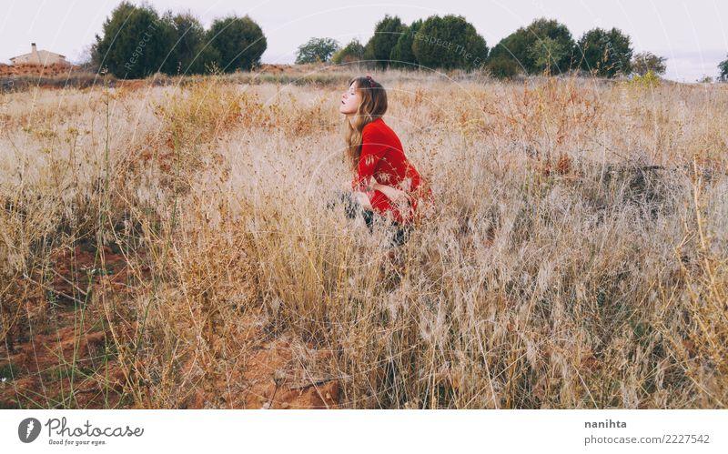 Junge Frau allein auf einem Gebiet Lifestyle Wellness harmonisch Wohlgefühl Sinnesorgane Ferien & Urlaub & Reisen Abenteuer Ferne Freiheit Mensch feminin