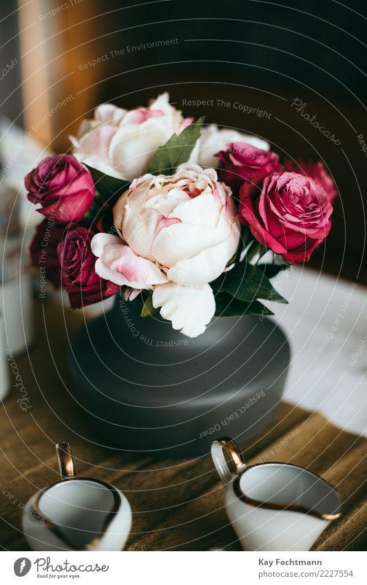 Blumen in Vase auf Kaffeetisch Heißgetränk Kakao Lifestyle elegant Stil Design Wellness harmonisch Wohlgefühl Zufriedenheit Erholung ruhig Häusliches Leben